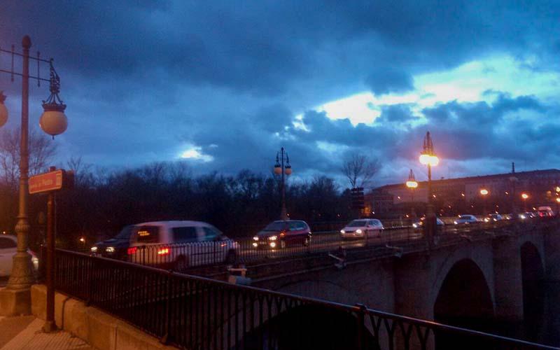 Farolas fundidas del puente de piedra